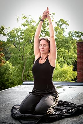 Freda-Louisa Leverkuehn von www.yoga-jieper.de in der Schanze in Hamburg uebt die Sat-Kriya des Kundalini-Yoga.