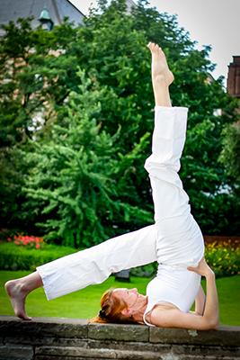 Freda von Yoga-Jieper in der Schanze Hamburg mit dem Schulterstand, Sarvangasana_Kundaliniyoga