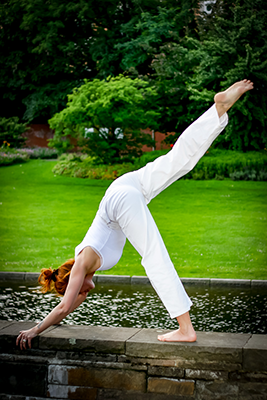 Der herabschauender Hund, Adho-Mukha-Svanasana praktiziert im Kundaliniyoga im Yogahof in der Schanze Hamburg.