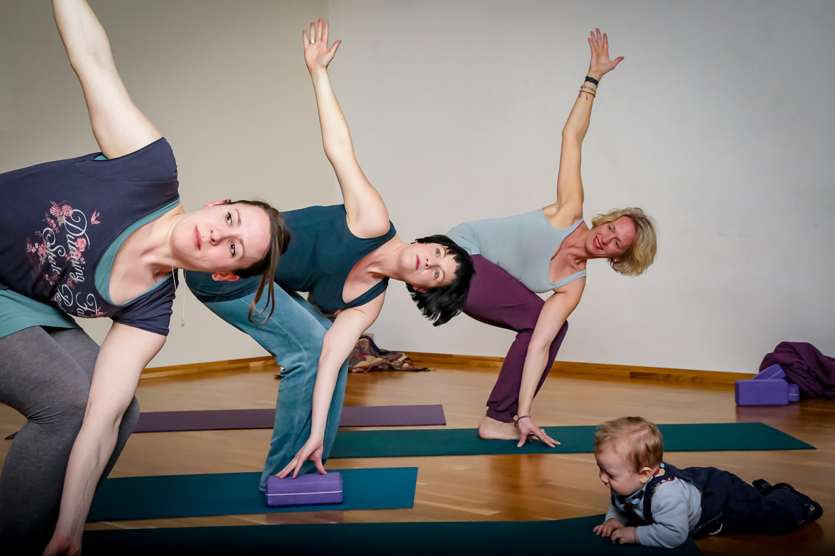Utkatasana-Twist Postnatalyoga mit Yoga-Jieper