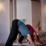 yogajieper-schwangerenyoga-schanze-hamburg-seitenstreckung-parivrtta-janu-sirsasana